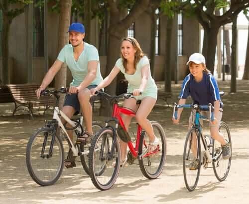 famille faisant du vélo
