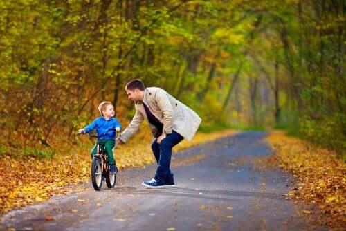 Un père inculquant la mentalité de développement à son fils