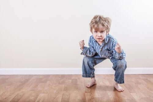 enfant accroupi en colère
