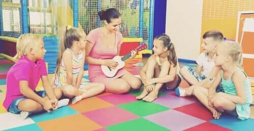 maîtresse jouant du yukulélé à ses élèves
