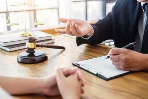 juge face à un avocat