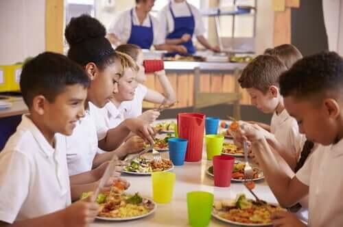 enfants à la cantine scolaire