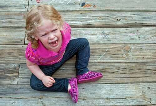 enfant par terre pleurant