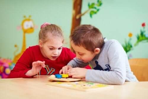 enfants aux besoins particuliers jouant en classe