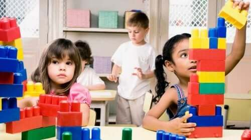 Les salles de psychomotricité pour enfants doivent proposer des jeux d'assemblage