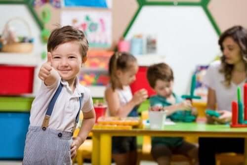Enfants apprenant tout en jouant au jardin d'enfants