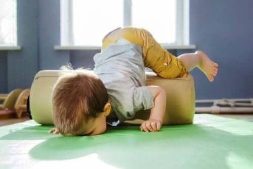 Un enfant faisant des exercices dans une salle de psychomotricité