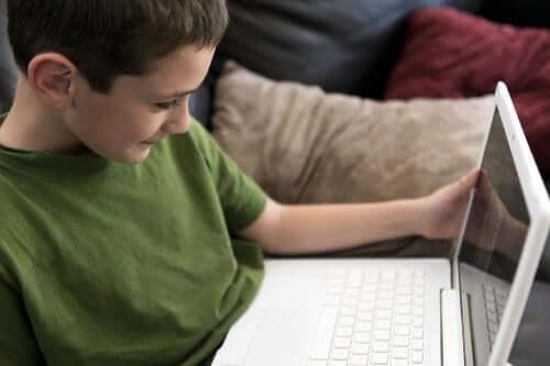 un enfant devant un ordinateur sur internet