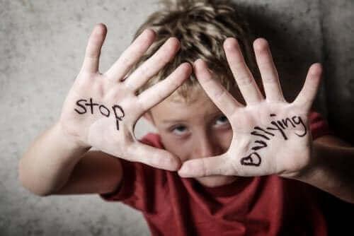 enfant portant l'inscription stop bullying
