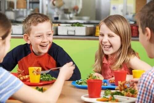 enfants mangeant à la cantine scolaire