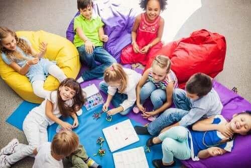 enfants jouant à des jeux coopératifs