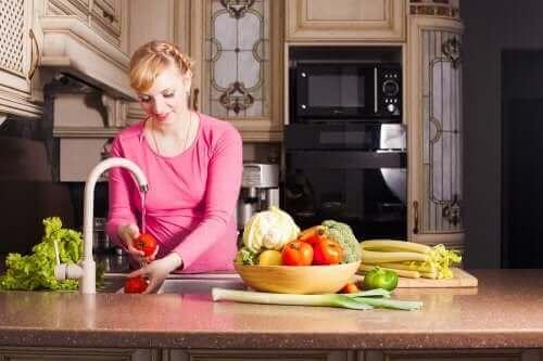 femme enceinte lavant des légumes