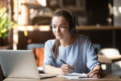 fille apprenant devant son ordinateur