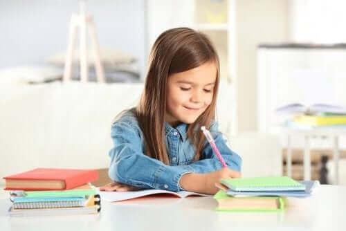 jeune fille étudiant en souriant