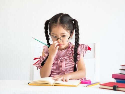 jeune fille étudiant attentivement