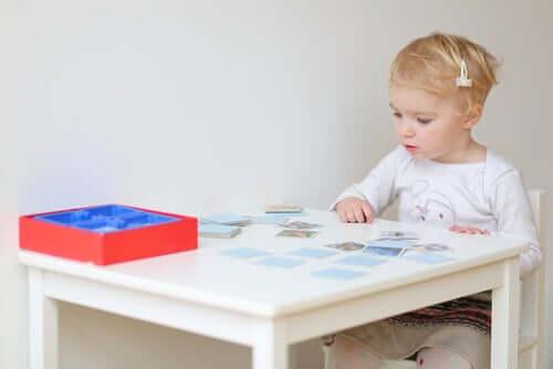 fille jouant à un jeu de mémoire