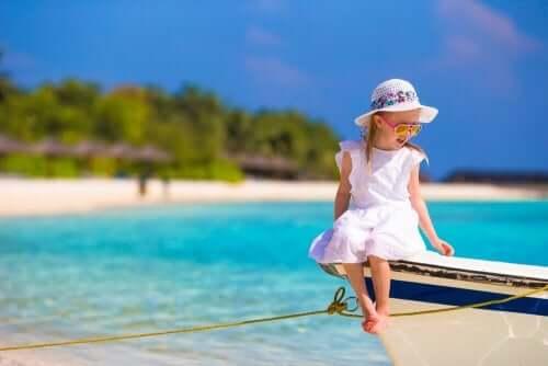Une petite fille assise sur un bateau