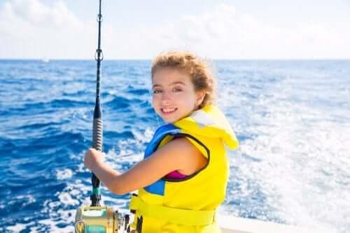 Une navigation avec des enfants en toute sécurité implique le port de gilets de sauvetage