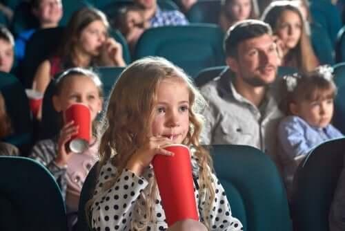 Une fillette au cinéma