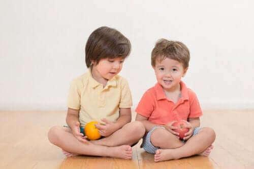 deux enfants assis par terre