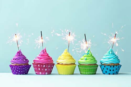 Des cup cakes d'anniversaire