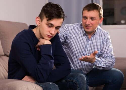 père essayant de parler à son fils