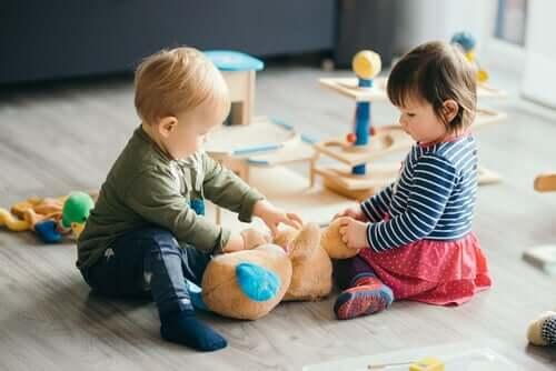 Les enfants jouent dans un jardin d'enfants