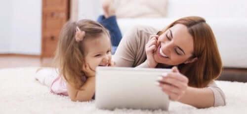 la mere et son enfant devant la tablette