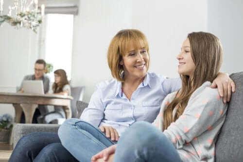 mère et fille discutant avec le sourire