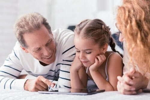 parents utilisant une tablette avec leur fille