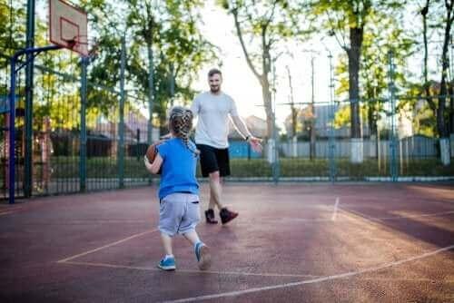père et fille jouent au basket