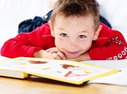 Un petit garçon qui lit