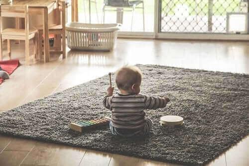 bébé jouant du xylophone et du tambourin
