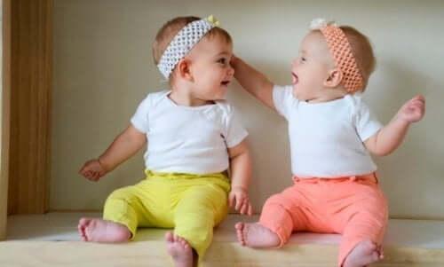 Des jumelles nées d'une grossesse multiple