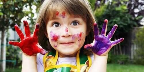 Une fille qui assiste à des ateliers créatifs
