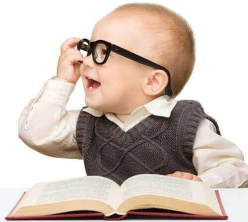 bébé intelligent avec des lunettes