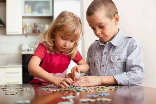 enfants faisant un puzzle ensemble