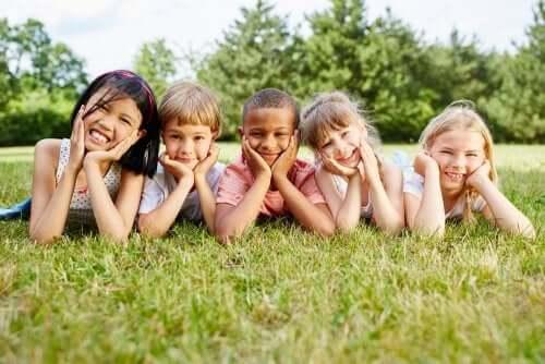 enfants partageant une éducation interculturelle