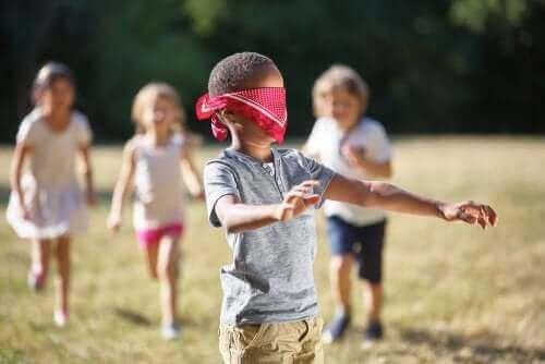 enfants jouant à Colin-maillard