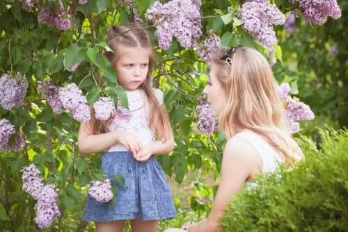 fille en colère dans un jardin