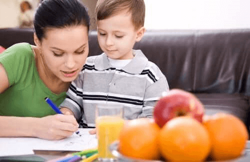 mère et fils faisant les devoirs scolaires ensemble