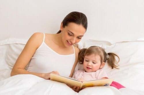 Une mère qui lit un conte à sa fille