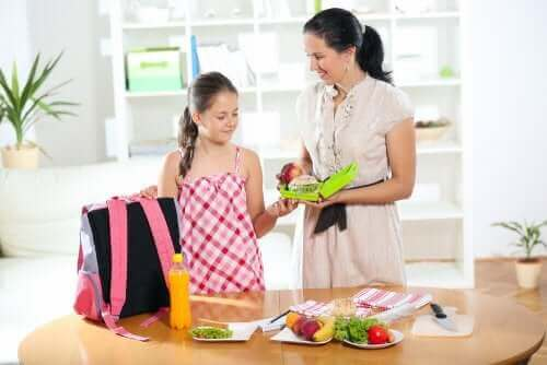 mère donnant son déjeuner à sa fille