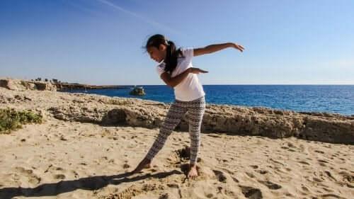 enfant sur la plage pratiquant la biodanse