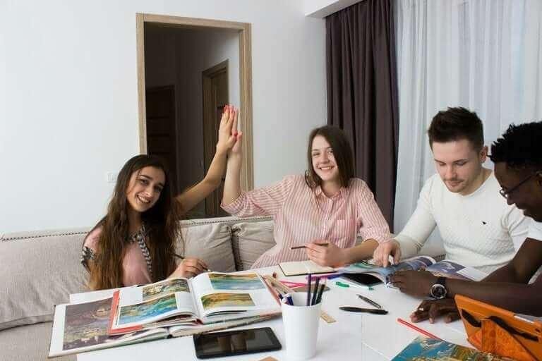 adolescents qui étudient pour leurs examens