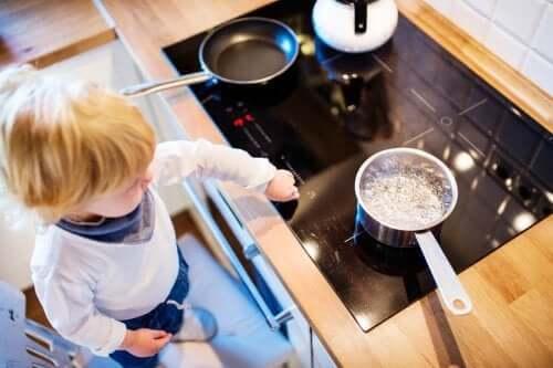 enfant près d'une casserole d'eau bouillante