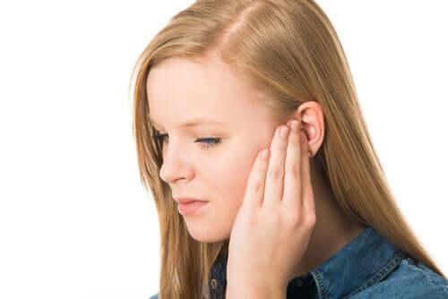 Une fille a des douleurs au tympan