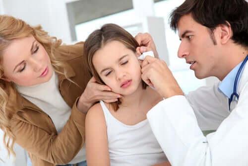 Une fillette a mal au tympan
