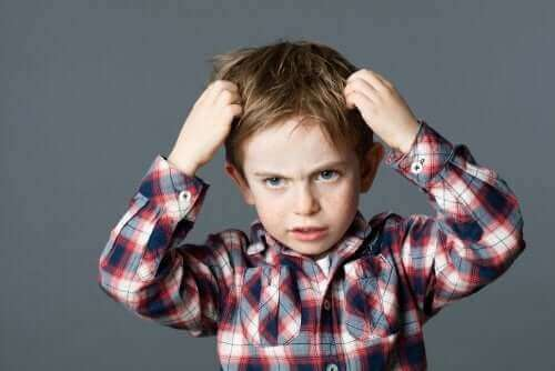 enfant nerveux se tirant les cheveux