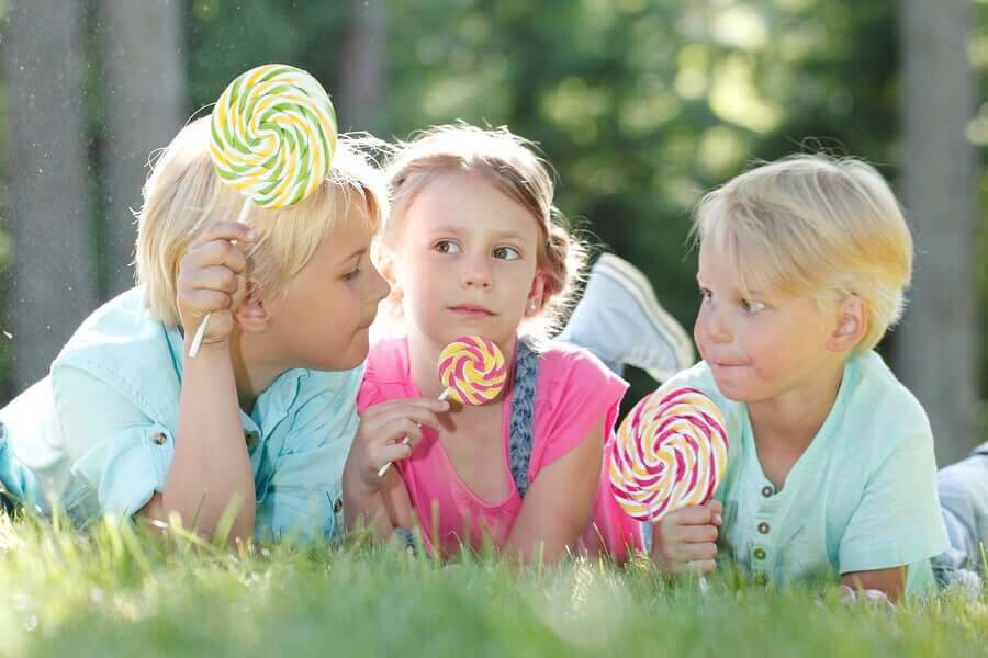 enfants mangeant des bonbons